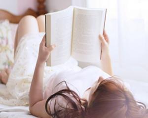 Nằm đọc sách
